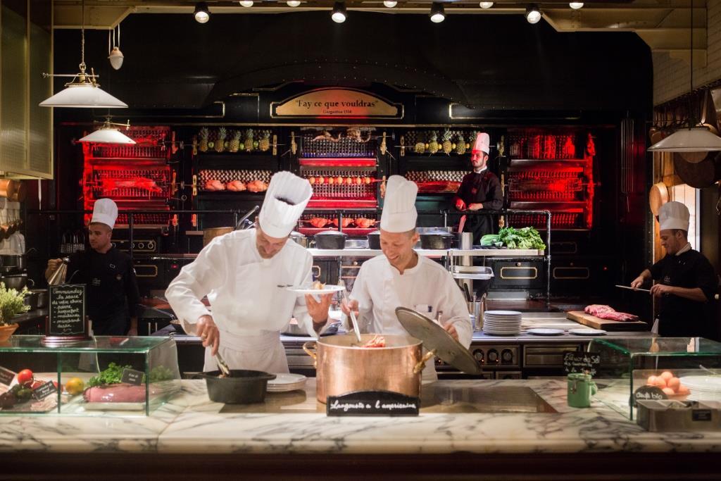 Les cuisiniers du Grand Buffet à l'ouvrage